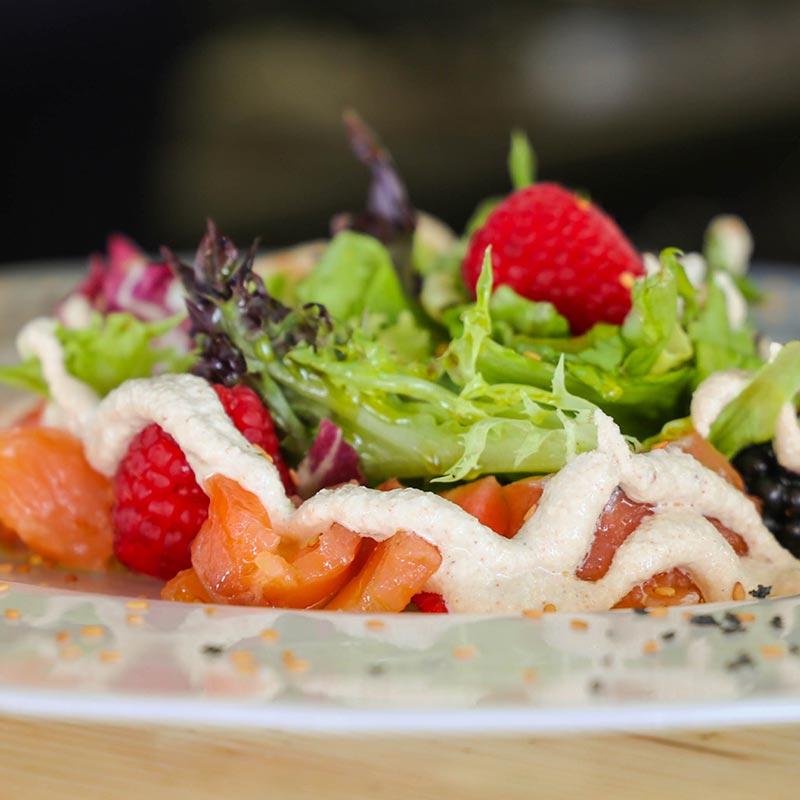 ensalada de salmón marinado y emulsión de piñones