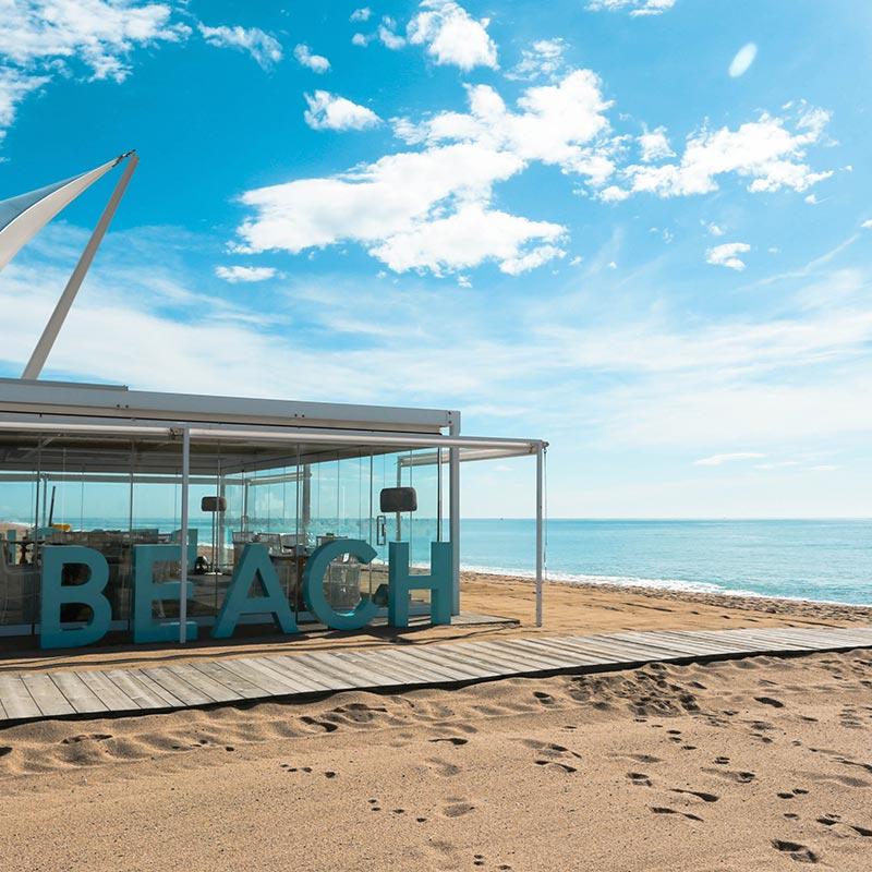 exterior del restaurant nui beach a la platja de calella