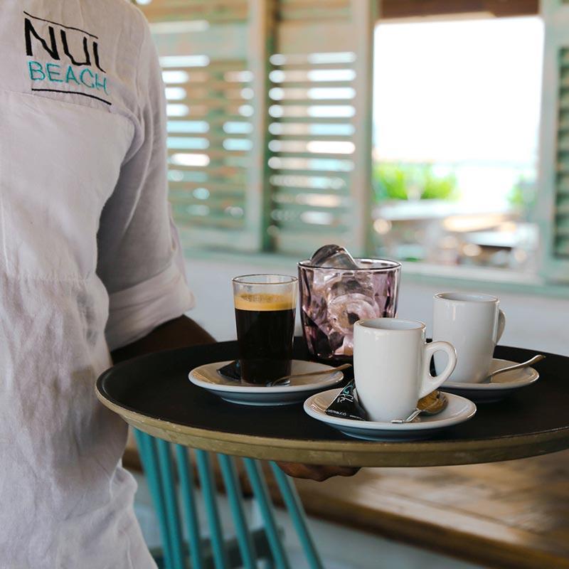 cambrer portant el cafè als clients