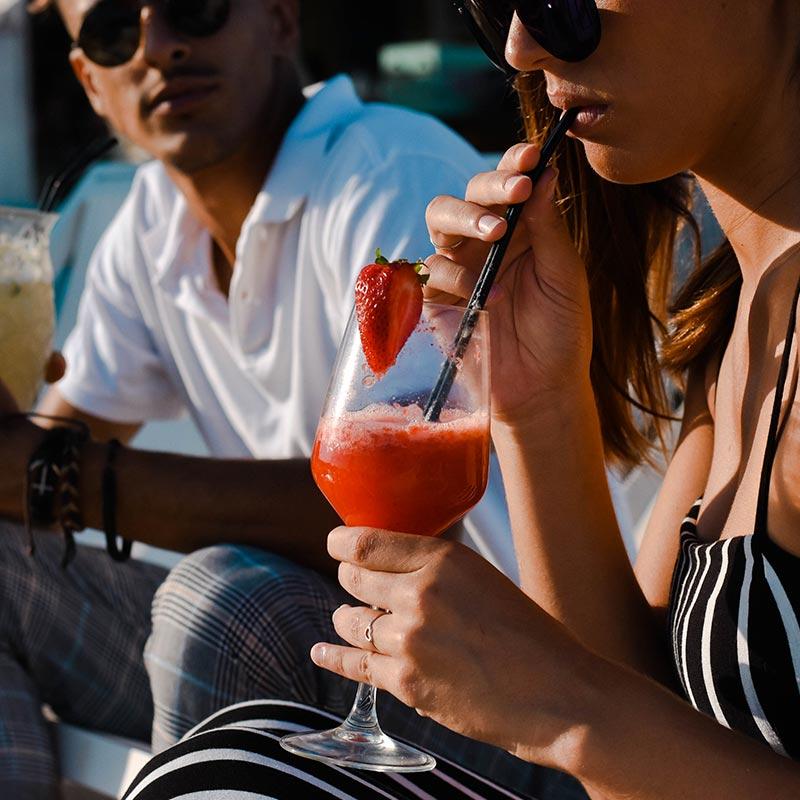 noia bevent un còctel al nui beach