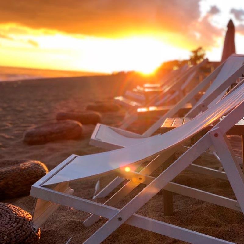 tumbones nui beach amb la posta de sol de fons