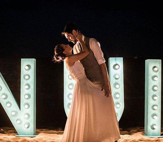 beso romántico de recién casados en nui beach